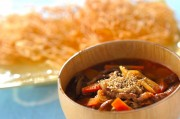 パリパリ揚げ素麺入り牛肉スープ