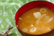 豆腐と玉ネギの合わせみそ汁