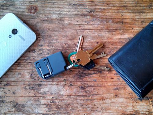 キーホルダーサイズのiPhoneコンセント、「Chargerito」