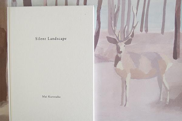 『鹿』の絵のポスターの前で