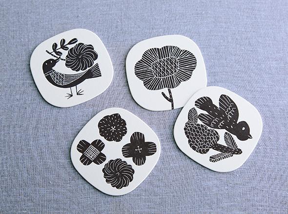 鹿児島睦_図案コースター(四枚入り)¥594(税込)陶器やファブリック、版画等を制作している鹿児島睦さんの活版印刷のコースターセット。