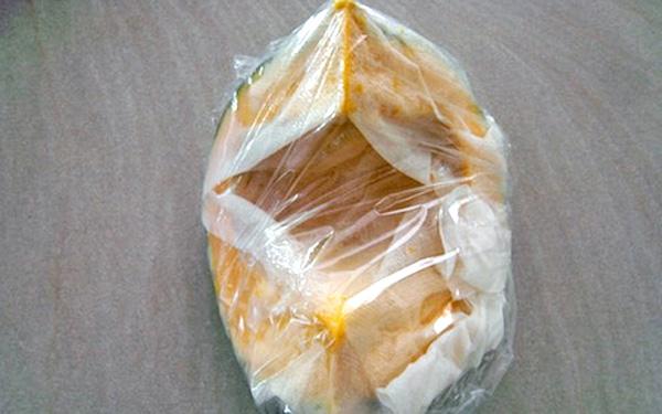 かぼちゃをクッキングペーパーで包み、さらにラップで包んでレンジでチン!