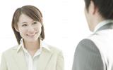 社内でドキリ! 脈アリかどうか気になる…男性が職場で好きな女性にとってしまう態度とは?
