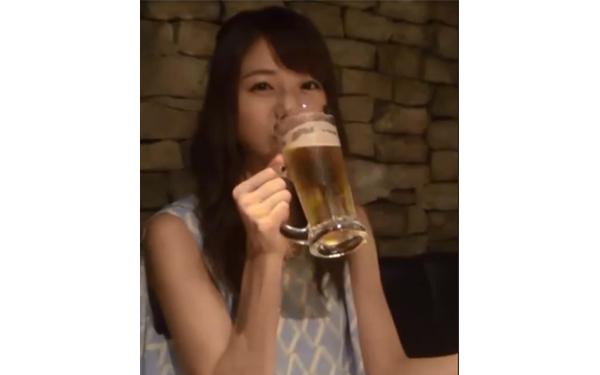 ビールを飲む中村静香