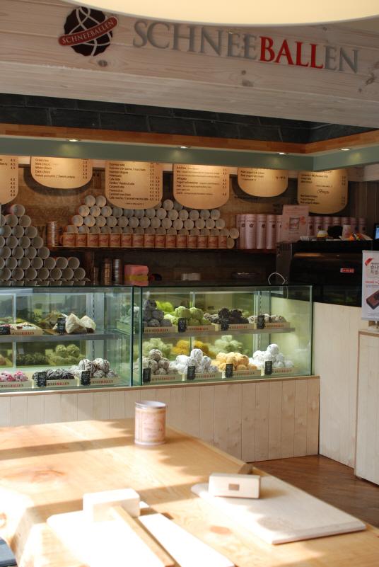 シュニバレンコリアのロードショップ1号店である弘大店。店内にはハンマーのための台が。