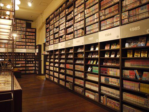 マンガの壁。同館にある約30万点の所蔵資料のうち、地下に収蔵されているマンガ雑誌など貴重資料の一部も閲覧室にて閲覧可能(要登録)