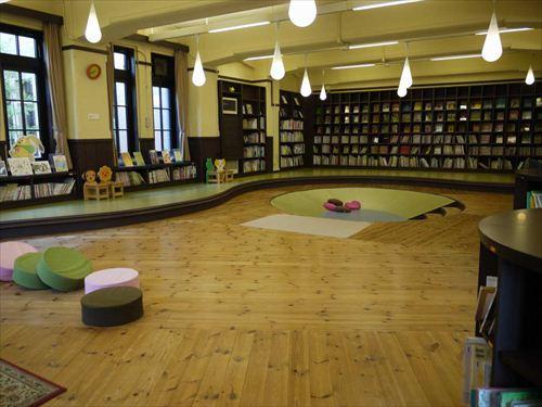 元は職員室だったという「子ども図書館」。小さい子どもが読める絵本が約3,000冊用意されている