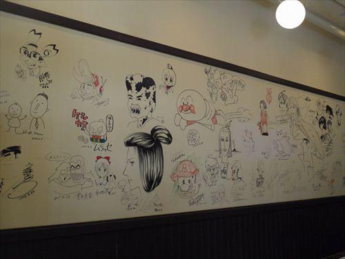 併設されたミュージアムカフェ「えむえむ」には、マンガ家の直筆サインが壁面いっぱいに!