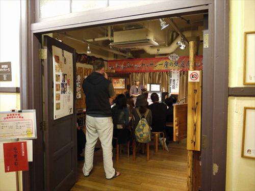 昭和20年代が全盛期の街頭紙芝居は、マンガやアニメの源流ともいわれる。現役の紙芝居師が毎日、紙芝居を行う