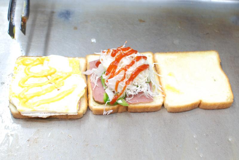 パンや具を鉄板の上で焼いてからひとつにまとめる。