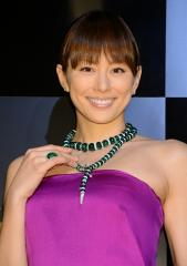 紫のドレスが似合う米倉涼子