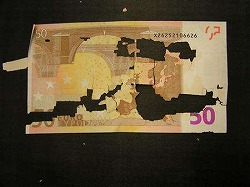 ボロボロニなった50ユーロ紙幣