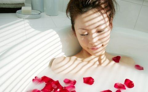 お風呂タイムを充実させる! アロマにマッサージ、バスタイムにオススメな癒し&美容テクまとめ