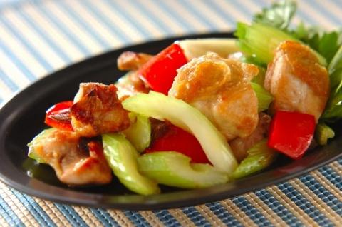 鶏肉とセロリのナンプラー炒め