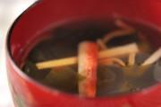 カニ風味カマボコとワカメのすまし汁