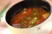 トマトとスナップエンドウのみそ汁