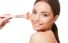 化粧崩れがおきやすい季節に、正しいファンデーションの塗り方
