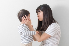 子どもも周囲も困惑する、過保護な親の特徴まとめ
