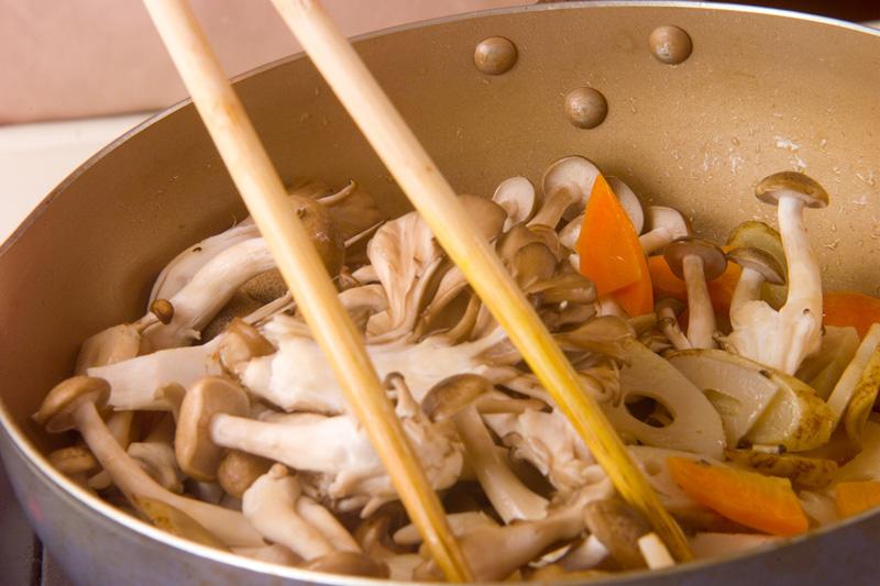 キノコと根菜の炒めものの作り方の手順2