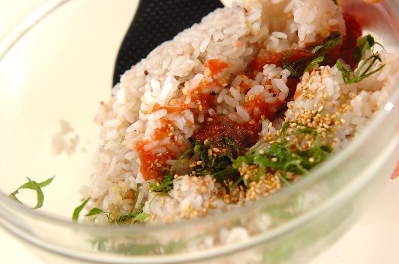 夏にさっぱり!梅しそゴマの混ぜご飯の作り方1