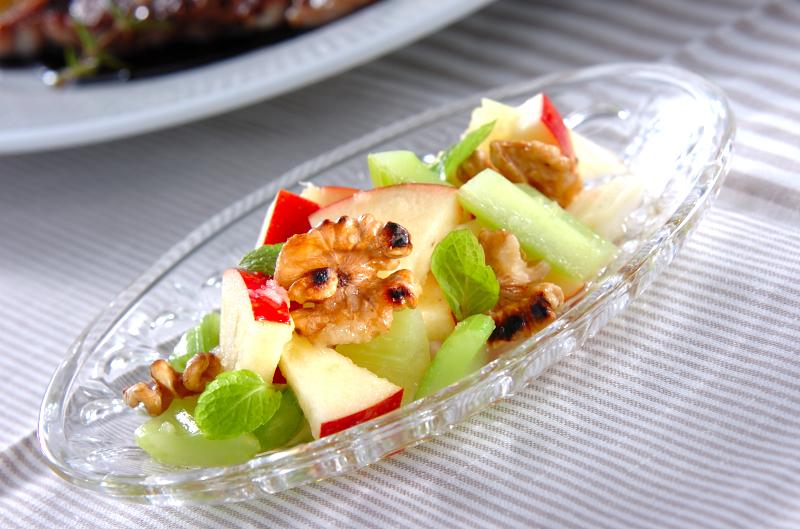 リンゴとクルミのサラダ