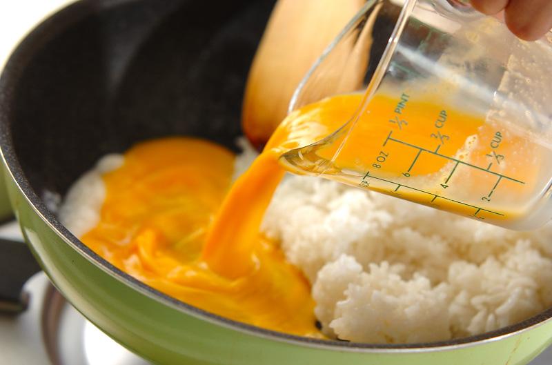 卵のシンプルチャーハンの作り方1