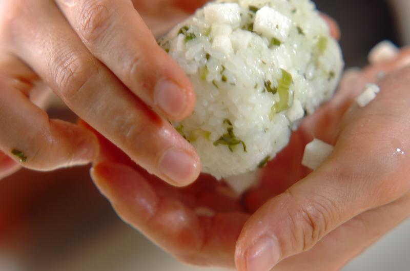 長芋と漬け物のおにぎりの作り方の手順3