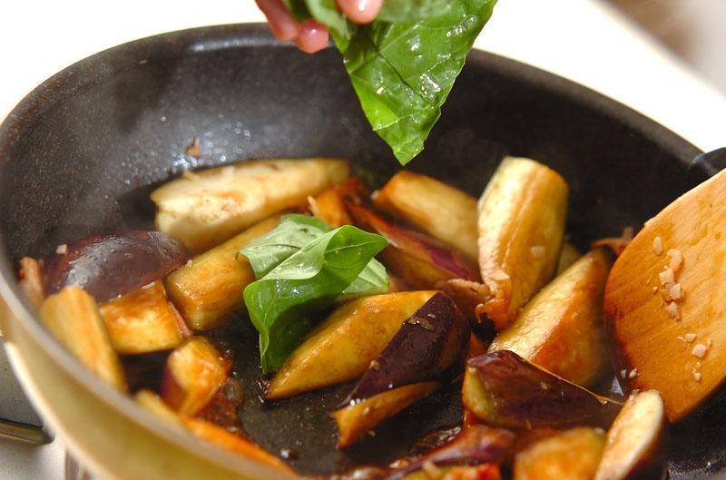 ナスとベーコンのバジル炒めの作り方の手順3