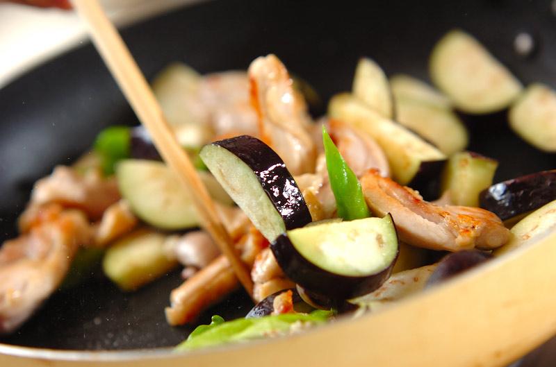 鶏とナスのニンニクじょうゆ炒めの作り方の手順5
