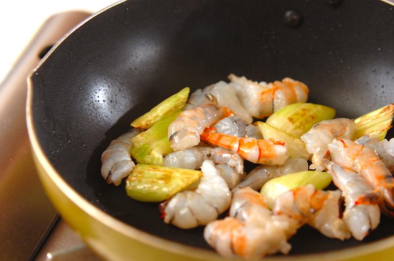 セロリとエビの炒め物の作り方の手順3