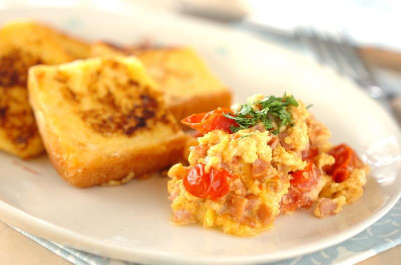 フレンチトーストとトマトスクランブルエッグ