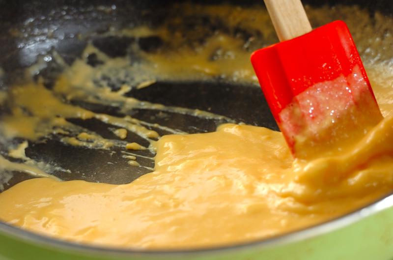 とろとろスクランブルエッグの作り方の手順2
