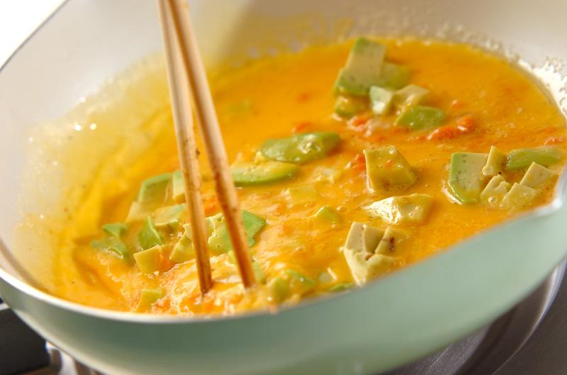 鮭アボカドの卵とじご飯の作り方の手順3
