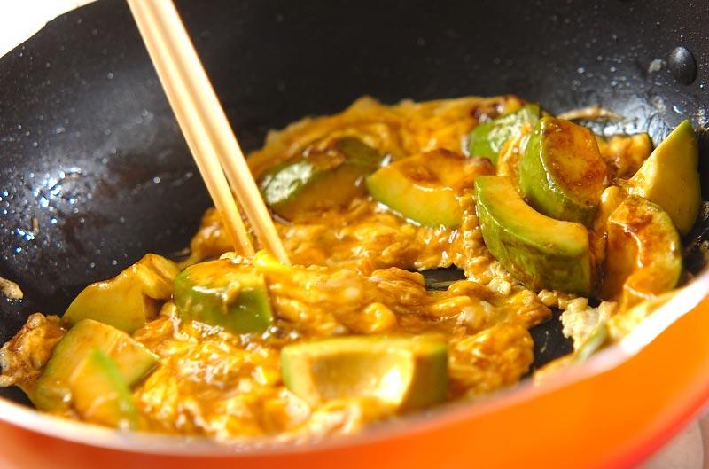 卵とアボカドの炒め物の作り方の手順3