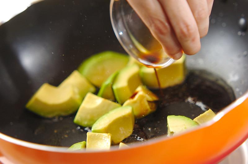卵とアボカドの炒め物の作り方の手順2
