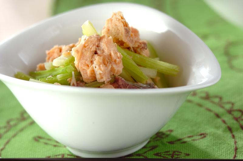 鮭缶とセロリの酢の物の作り方の手順