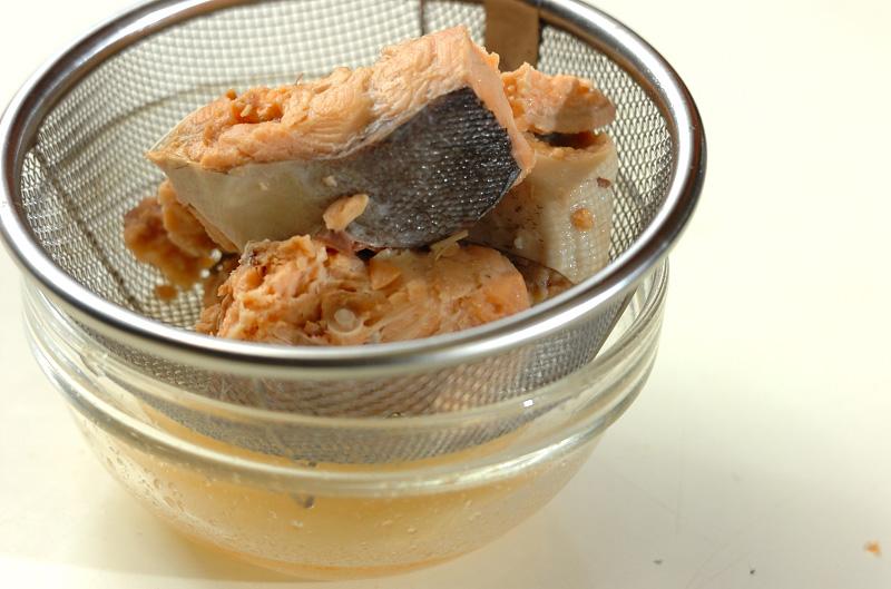 鮭缶とセロリの酢の物の作り方の手順1
