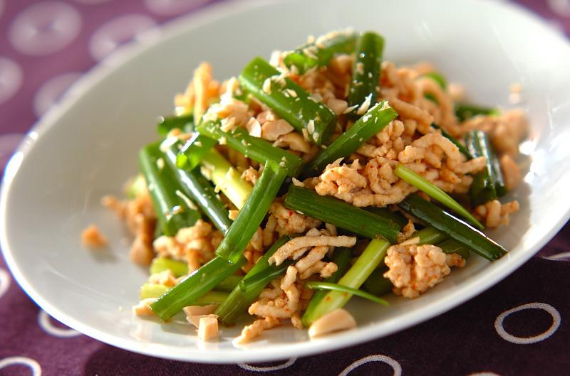 細ネギと鶏ひき肉のピリ辛サラダ 副菜 レシピ 作り方 E レシピ 料理のプロが作る簡単レシピ