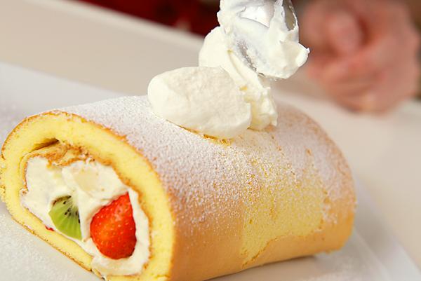 季節のフレッシュフルーツロールケーキの作り方の手順17