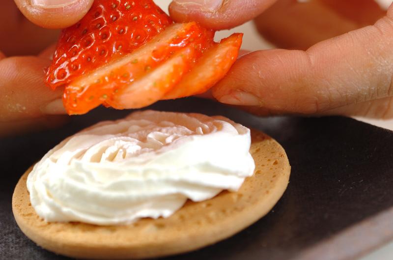 イチゴのクッキーサンドの作り方の手順2