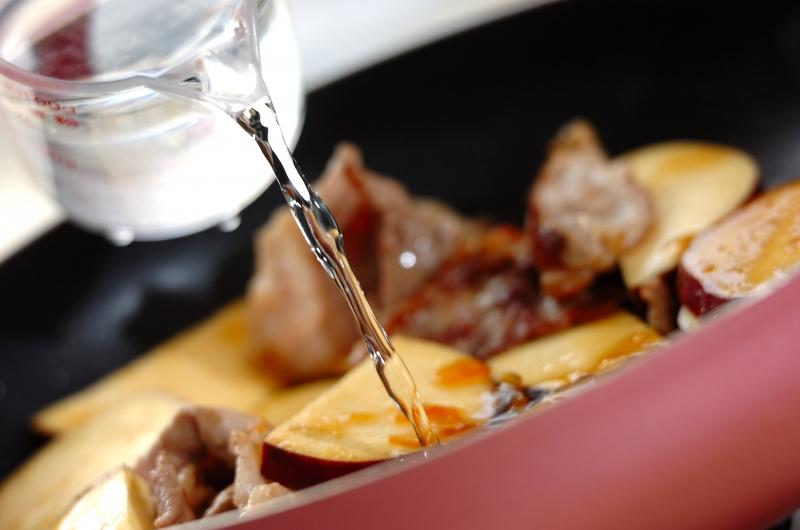 豚こま肉とサツマイモのママレード煮の作り方1
