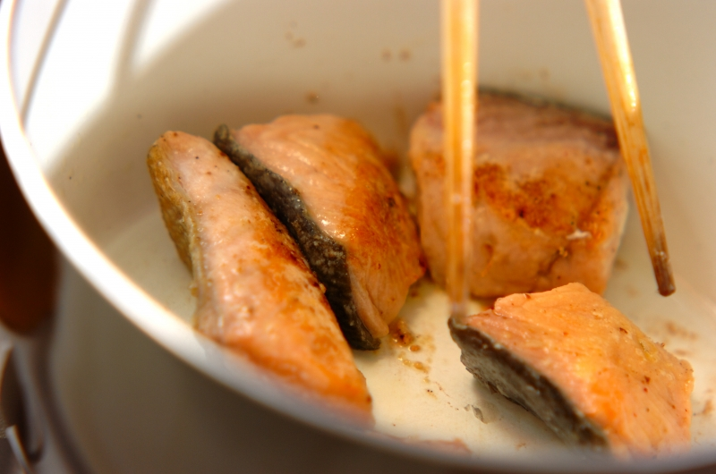 鮭とブロッコリーのクリームシチューの作り方の手順3