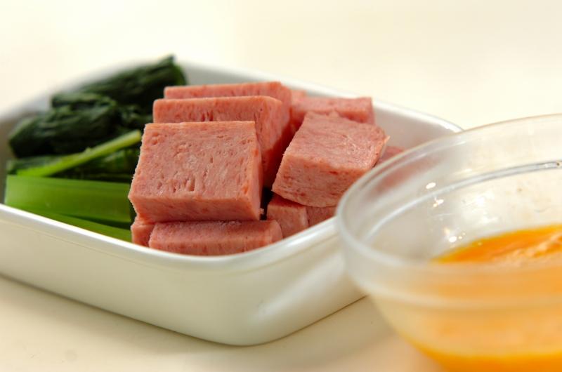 ランチョンミートと青菜の卵炒めの作り方の手順1