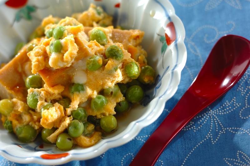 彩り鮮やか!エンドウ豆と高野豆腐の卵とじ