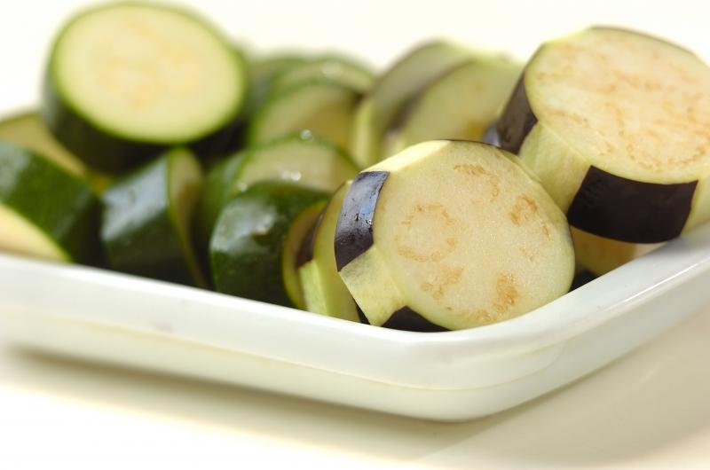 夏野菜のオイル蒸し煮の下準備1
