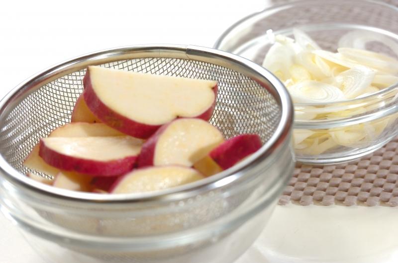 豚とサツマイモのみそ汁の下準備1