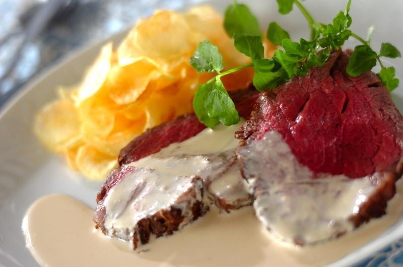 牛ヒレのステーキ ワサビ・ソース ポテトチップス添え