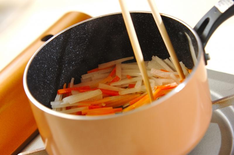 大根とニンジンの炒め煮の作り方の手順2