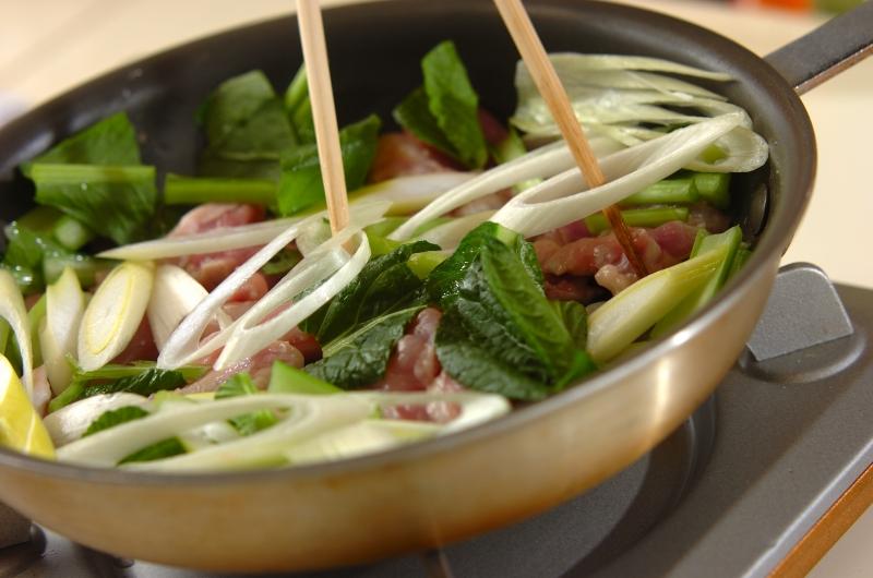 鶏と小松菜の塩炒めの作り方の手順4