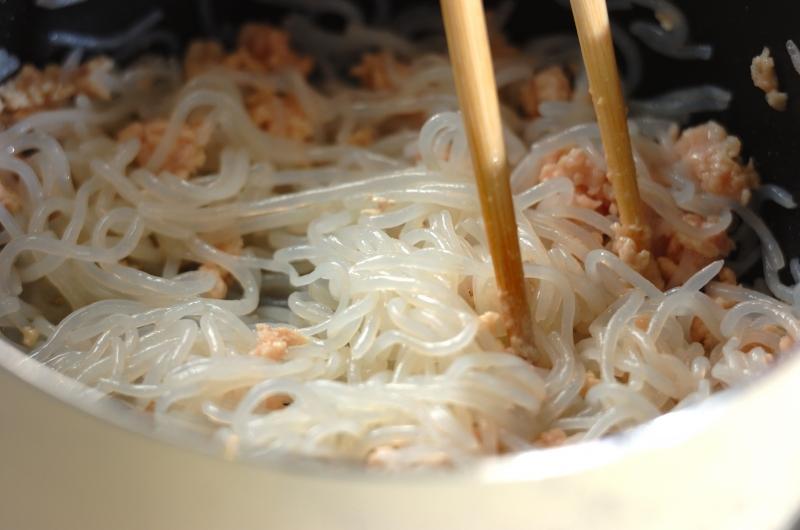 しらたきの鶏そぼろ炒めの作り方の手順3